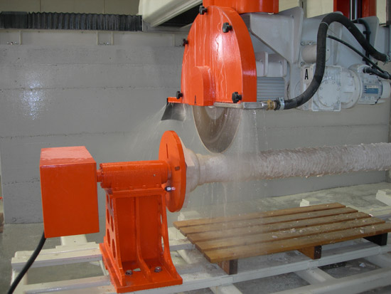 Milling cutter 3600 with 6 interpolated axes in operation
